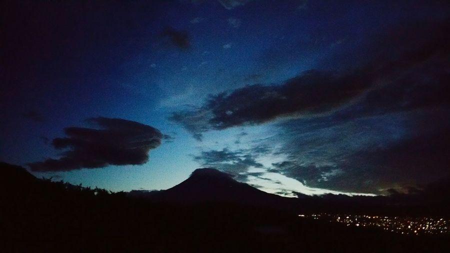 こんにちは。写真は、台風が気になり、午前4時半に目覚めて撮った、我が家からの富士山。右下に富士の夜景が見えます。五合目だと思われますが、山小屋の灯りも見えました。まだ心地よいくらいの風しかなく、雨もまだでしたが、それから間もなくして、降り始めました。現在は午後1時、雨も風も強いですが、伊豆や神奈川等はもっと台風の影響があるのでしょうね。大きな被害がないことを願います。 富士山 Mt.Fuji 嵐の前の静けさ Tyhoon 台風 Hello World 藍色の空 夜明け前
