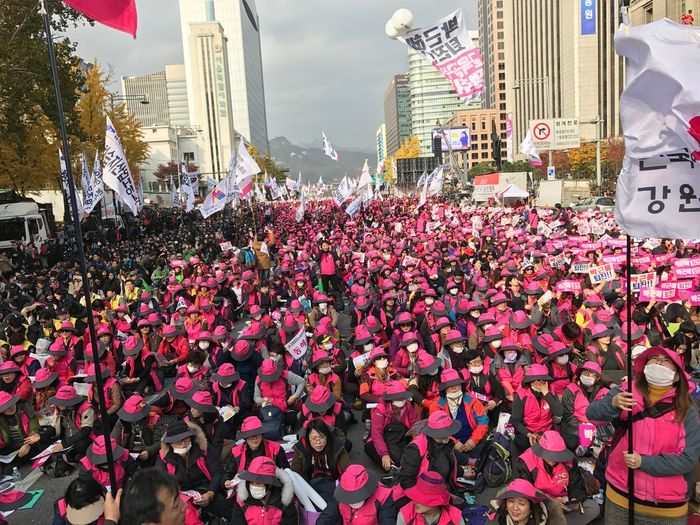 People protest against the President Park, demand to resign. 박근혜하야!