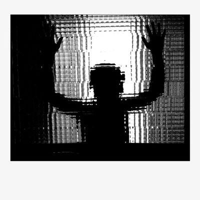 Heeeeeelp! Heeelp me! Ventana Backlighting Contraluz Sombras Silueta Siluetas Contrallum Llum Light Lareki Ombres Lareki100likes B Siluetes Shadows Window Silhouettes Luz Finestra