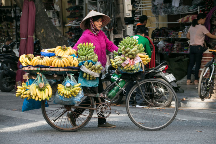 Banana Bananenstaude Banane Bicycle Working Woman Woman Vietnamese Streetphotography Street Photography Transportation Retail  City Mode Of Transportation Food And Drink One Person Street Day Road Hat Outdoors Adult Vietnam Hanoi On The Streets On The Street