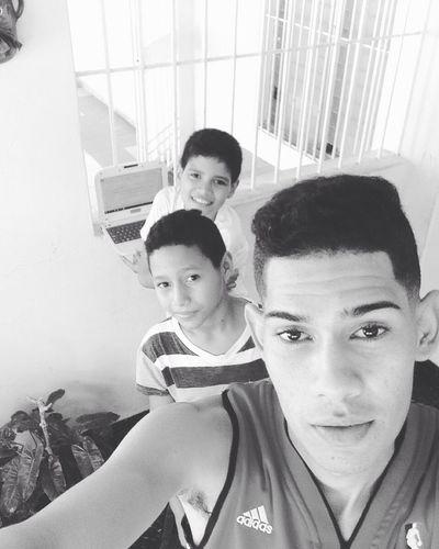 Primo y hermano los cache viendo vídeos de Dj, estos niños con grandes metas.