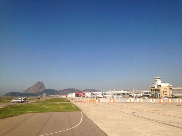 Pão De Açucar visto da pista do Aeroporto Santos Dumont Rio De Janeiro Sugarloaf Turism Landscape Airport