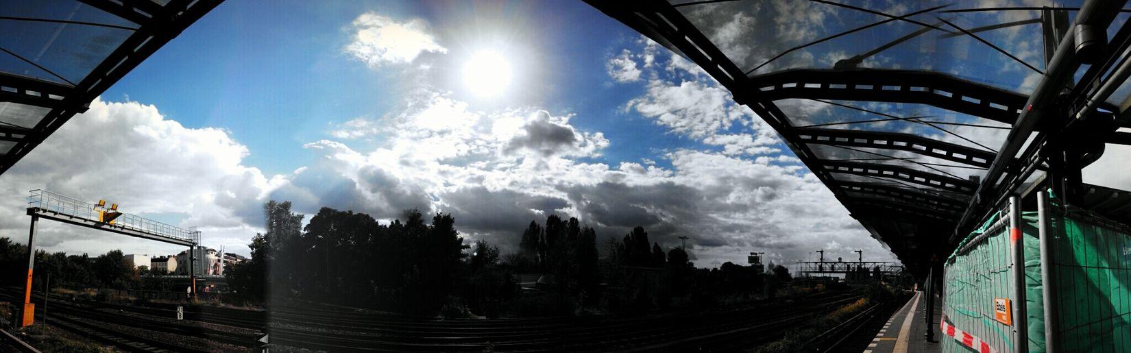 Change Your Perspective Symmetrical Auf Die Sbahn Warten Enjoying The Sun