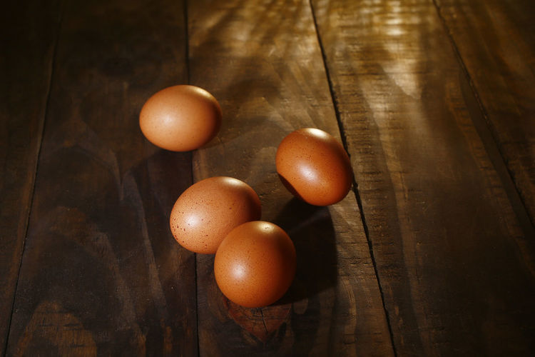 ovos caipira Food Food And Drink Egg Healthy Eating Freshness Table Wellbeing Still Life Brown Wood - Material Close-up Indoors  Raw Food No People High Angle View OVO Vegetable Group Of Objects Wood Medium Group Of Objects Fruit Wood Grain Ovos Caipira