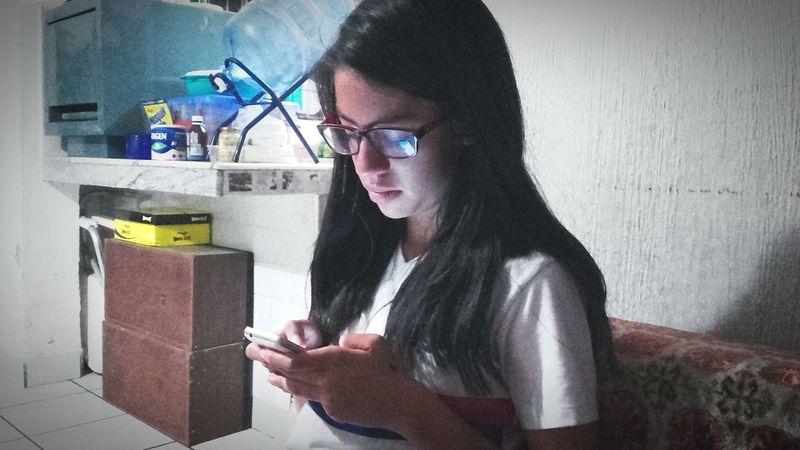 Mobile Conversations Eyeglasses  Mid Adult One Woman Only Only Women One Person Domestic Life Indoors  Ecuadoramalavida Primeroecuador