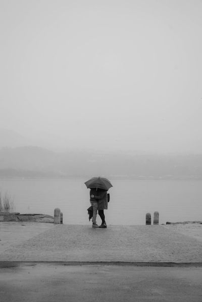 Beccati! - Bodio Lomnago AlessandroCappello Blackandwhite BodioLomnago Bw Couple Kiss Kissing Lago Di Varese Lake Landscape Love Pioggia Rain Two People Umbrela Varese Long Goodbye TCPM The Street Photographer - 2017 EyeEm Awards Lost In The Landscape Be. Ready.