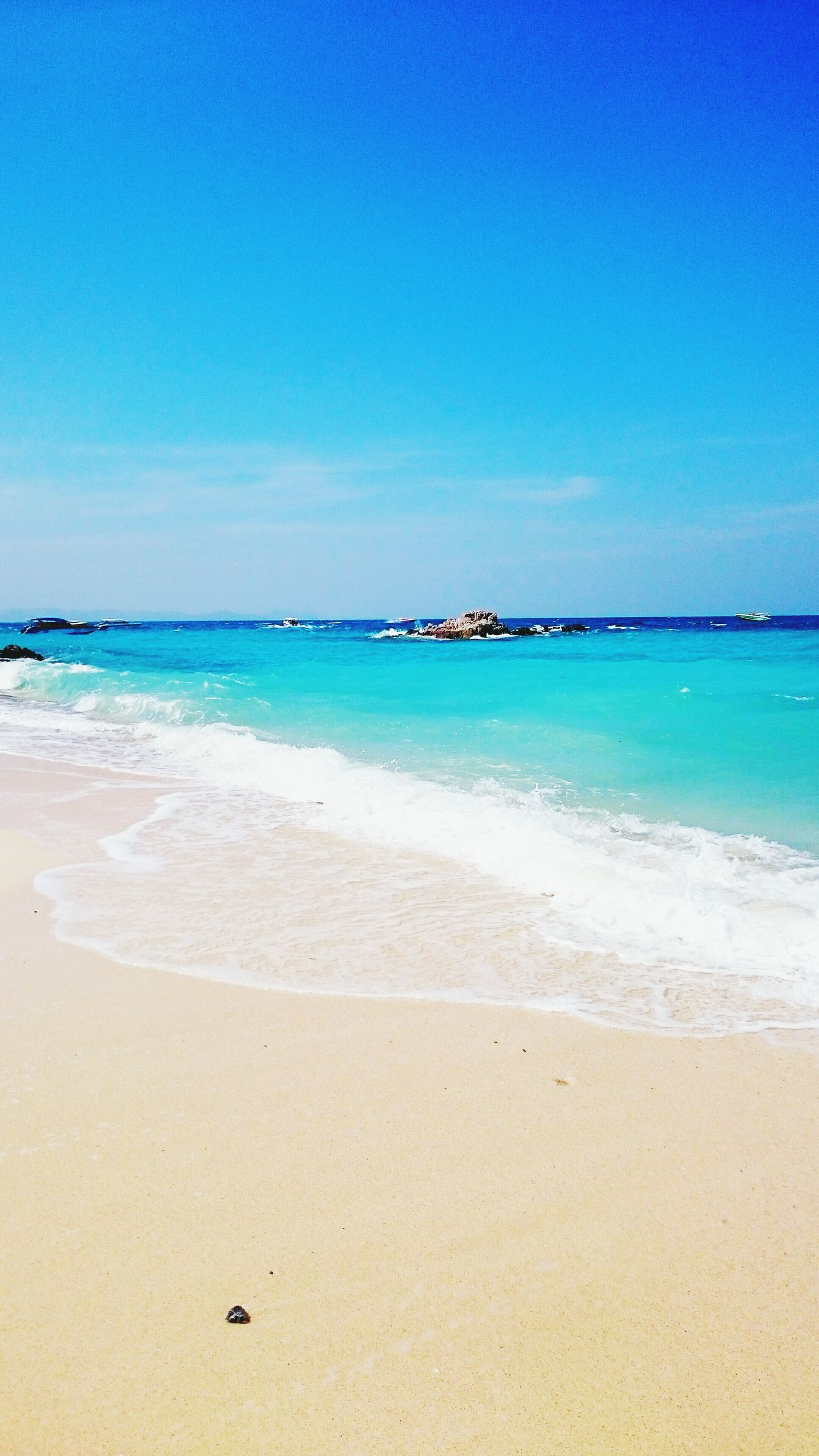 beach, sea, water, sand, blue, shore, horizon over water, tranquil scene, tranquility, scenics, beauty in nature, clear sky, copy space, nature, coastline, idyllic, sky, incidental people, outdoors, day