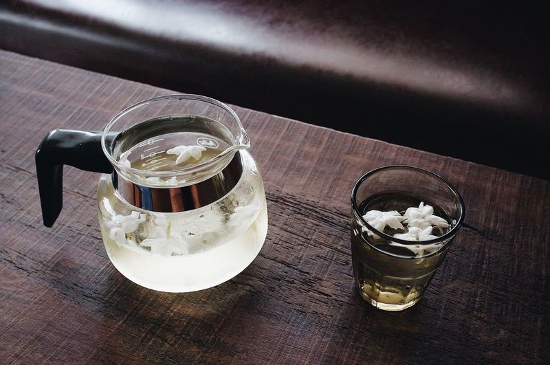 Japanese green tea, buncha, with fresh jasmine Baverage Lifestyles Tea Jasminetea Japanese Green Tea Green Tea ❤️ Table Still Life Food And Drink Drink