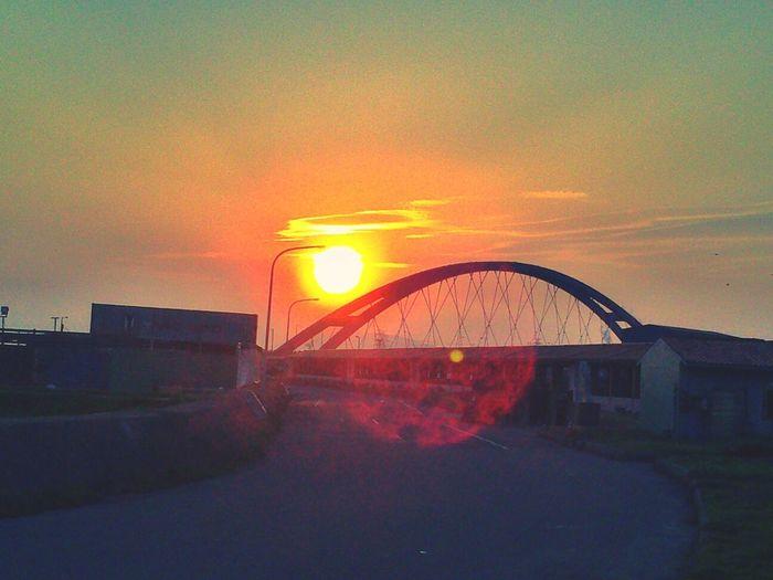 太陽慢慢的升到彩虹橋