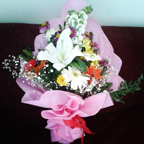 Günün en büyük sürprizu oldu banaa çiçeklere bayiliyorum bide sevdiğin insan verirse daha bi kıymetli oluyoooooo :))♥♥ Surprizzzzzlerrr  herDaim Insani sasirtirkenmutluedenlerdirr