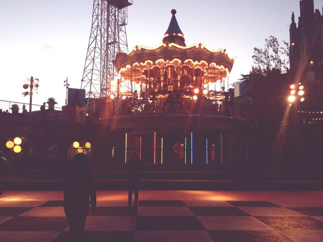 Acabando el dia Tibidabo cae la Noche Llena De Luz Y Color