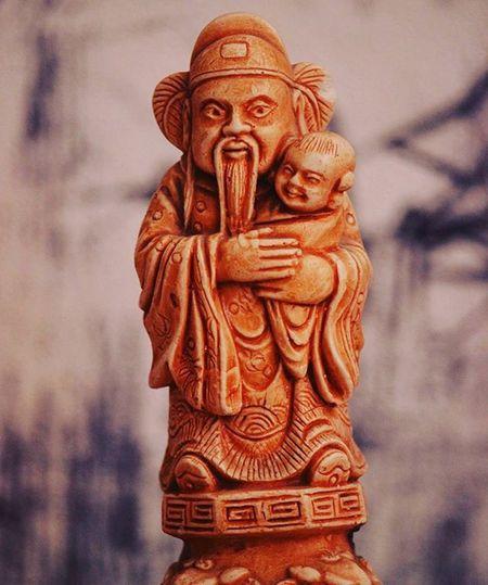статуэтка статуя китай старик ребенок дитя наручках наруках нарукахдержит размытыифон оранжевый глина усы Statue Statuette Child Kid Hand Mustache Clay China