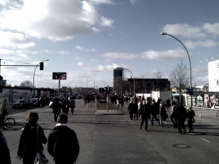 Massenwanderung Bei Der East Side Gallery