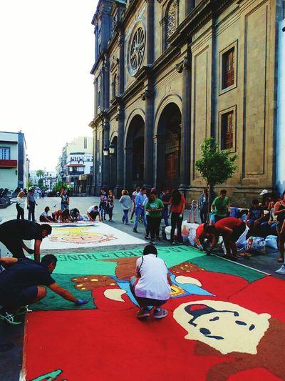 Las Palmas De Gran Canaria festa da ilha são comemoradas com estas decoracores no caso chão feitas com sal pintado