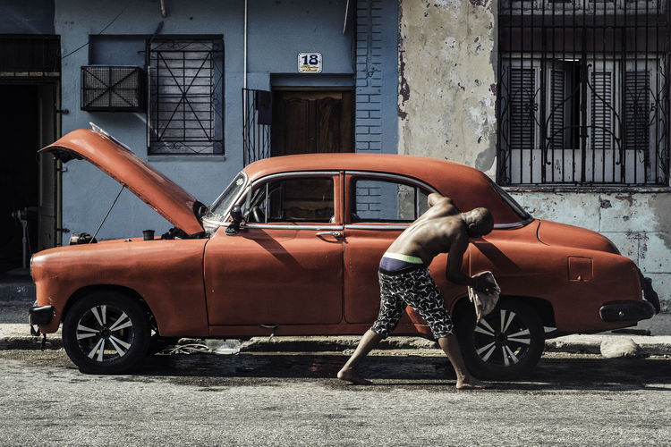 Cuba Cuba Collection EyeEmNewHere Havana Havana, Cuba Car Oldcar Real People Street Photography Streetphotography Transportation Washing Car Stories From The City Focus On The Story Adventures In The City The Street Photographer - 2018 EyeEm Awards The Street Photographer - 2018 EyeEm Awards The Photojournalist - 2018 EyeEm Awards The Traveler - 2018 EyeEm Awards The Street Photographer - 2018 EyeEm Awards