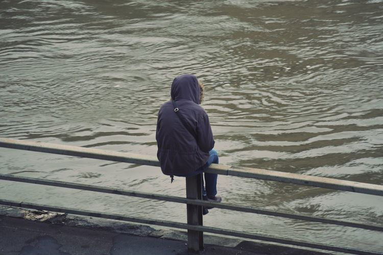 A Paris sous la pluie The Street Photographer - 2016 EyeEm Awards Street Streetphotography Bad Weather Alone Water Rain Water Reflections City Nature Color Palette