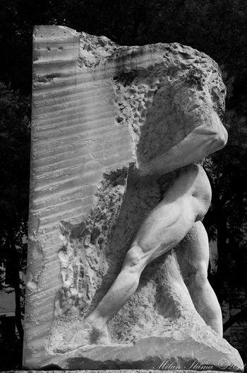 Mann B&W, Statue