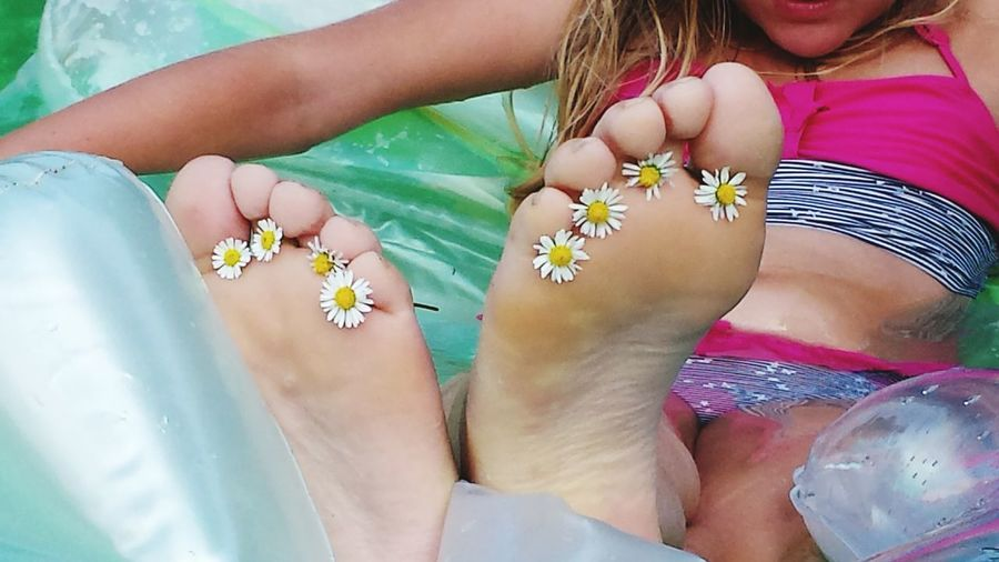 Barefoot Sommerfeeling Hanging Out Enjoying Life Faces Of Summer Feet Love Feet Art Getting Creative In The Swiming Pool Swimming Time Water Fun Girl Daisies Daisies Between Toes Young Girl