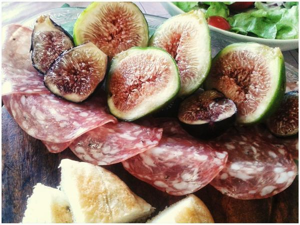 Il salame con i fichi. Evviva!! E la focaccia anche evviva. Fichi Salame Food And Drink Typical Food Antipasti Spuntino Focaccia Close-up Starters Smartphone Photography Mobilephotography S3 Mini Fruits Fig