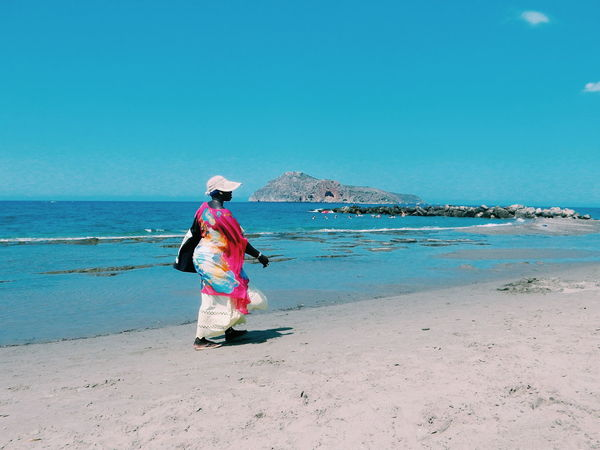 another beauty and hair braider, walking on the beach all day long looking for clients who wants their hair braided People Of The Oceans Hair Braid Beach Worker Beauty Crete Greece Fresh On Eyeem