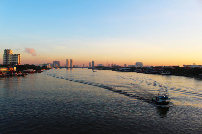 River View Boat Outdoors River River And Sky Sky Chaophraya River River In Thailand Evening Light Evening Sky Evening View River And City River And Town Silhouette ใน Thailand