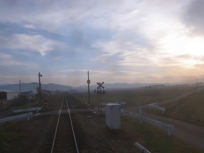 07:26 13/November/2016 朝の風景 Morning Landscape Morning Sky From Train Window From My Point Of View Capture The Moment Travel Photography Perspective Snapshot Sky And Clouds Road Railroad Track Railroad Crossing Vanishing Point Beautiful Morning Getting Inspired EyeEm Best Shots Fukuoka,Japan November 2016 列車旅 旅写真 朝の福岡甘木線からの風景。窓の汚れが見たままの朝のもやってる感じが出ていて、お気に入りの写真です✨