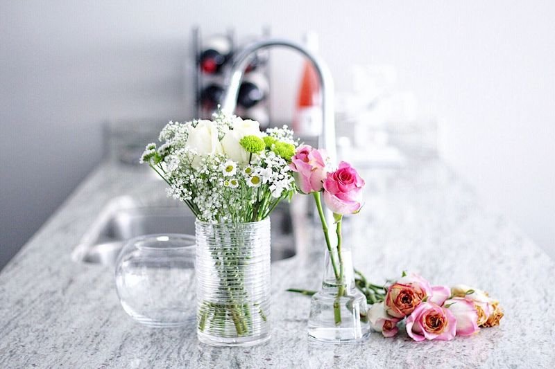 Flower Vase Table Rose - Flower Bouquet Still Life No People Flower Arrangement Indoors  White Color Flower Head Freshness Fragility Focus On Foreground Close-up Day Beauty In Nature Nature