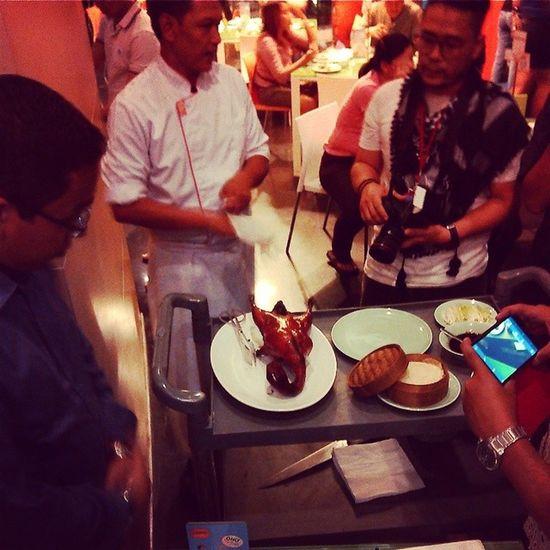 Hotel harris bandung memperkenalkan menu makanan baru yaitu crispy peking duck sebuah kreasi baru bebek peking dimasak dengan resep rahasia yg memberikan cita rasa nikmat dan halal tentunya Bandungjuara Kulinerbandung INDONESIA Hotelharris