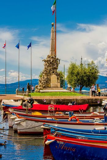A town naar Lisize in Italy. Town Italy Lazise Boats Colorful
