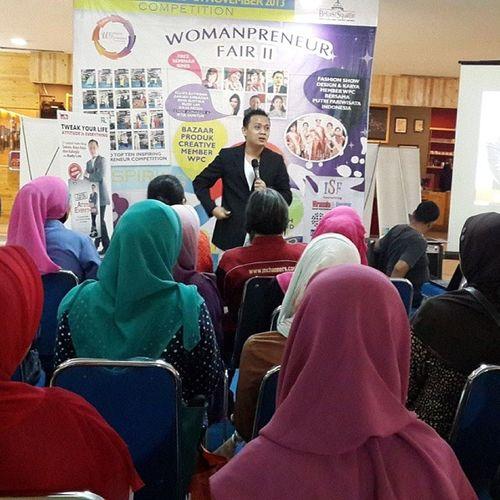 Memberikan insight dan sharing motivasi untuk para finalis WomanPreneur Competition @WomanPreneur Fair II