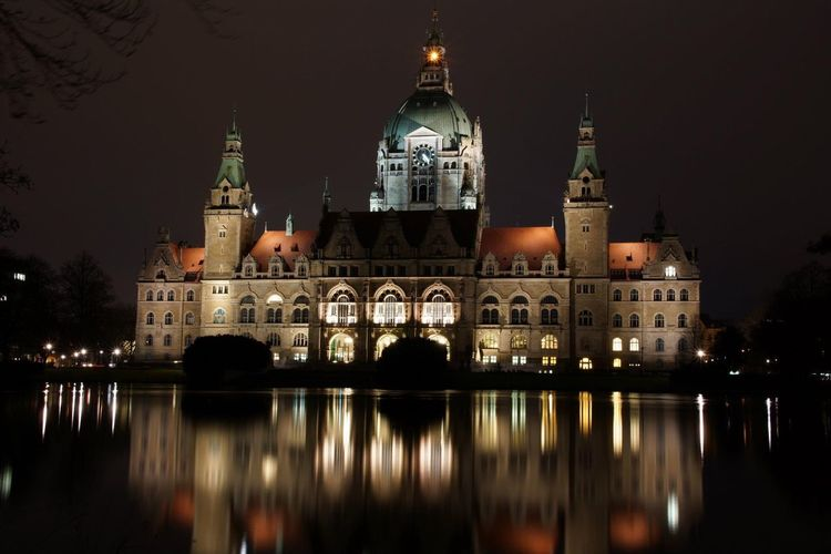 Reflection of neues rathaus in lake at night