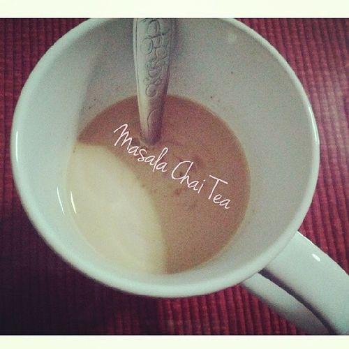วันนี้ลองสูตร MASALA CHAI TEA (HERB INDIA TEA) ชานี้เป็นชาอินเดีย มีส่วนผสมของสมุนไพรหลายอย่าง ทำง่าย มีกลิ่นหอมชวนดื่ม ส่วนผสม (สำหรับชา 2 แก้ว) น้ำเปล่า 1 ถ้วย นมสด 1 ถ้วย ชาดำ 3 ซอง (หรือ 3 ช้อนชา) อบเชย 1-2 แท่ง (ยาวประมาณ 4 นิ้ว) ลูกกระวานเขียว 2 ลูก ยี่หร่าหวาน หรือผักชีล้อม 1/2 ช้อนชา กานพลู 2-3 ก้านสั้นๆ ขิงฝานบาง 1-2 แผ่น (หนาประมาณ 1 นิ้ว) เม็ดพริกไทดำ 2-3 เม็ด โป๊ยกั๊ก 1/2 ดอกกลาง วิธีทำ ตวงน้ำเปล่าใส่หม้อต้มจนเดือดพล่าน เติมทุกอย่างลงไป ลดไฟอ่อนเคี่ยวประมาณ 10 นาที (น้ำยังต้องเดือดปุดๆแต่ไฟอ่อน)เติมนมสดลงไป แล้วต้มต่อประมาณ 5-10 นาที หมั่นคน กรองใส่แก้วดื่มเติมน้ำตาลหรือน้ำผึ้งตามชอบ Masalachaitea Chaitea