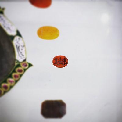 . قدیمی ترین سنگ و نگین انگشتر با حکاکی خط_کوفی در موزه حرم حضرت_معصومه سلام_الله_علیها ایران قم . . . . دنبال یکی هستم که این رو برام کش بره حالا اگه برام بخرتش هم قبول میکنم ولی راضی به زحمت نیستم 😚