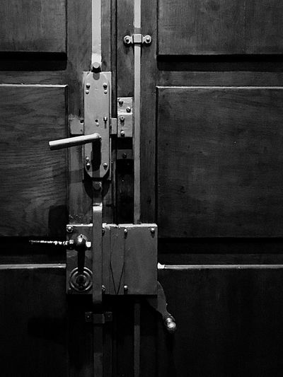 Türschloss Blackandwhite No People Indoors  Close-up Safety Technology Metal Closed Door Lock Security Entrance Protection Still Life Full Frame Architecture