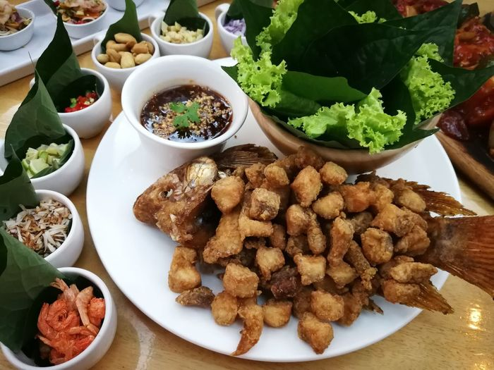deep fried fish เมี่ยงปลาเผา Fish Deep Fried Fish EyeEm Selects Mexican Food Plate Bowl Variation High Angle View Close-up Food And Drink Fishes Deep Fried