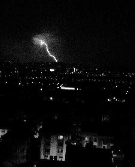 Melankoli bir gece de yağmur sıçradı düşlerime... (siNEMLİ)