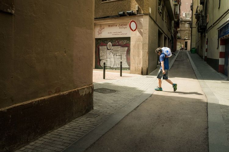 Barcelona España Chilean  Fine Art Photography Architecture Art Building Exterior Built Structure Casual Clothing Day Fujifilm Fujinon Full Length One Man Only One Person Outdoors Street Street Photography Streetart Streetphotographer Streetphotography Xpro1