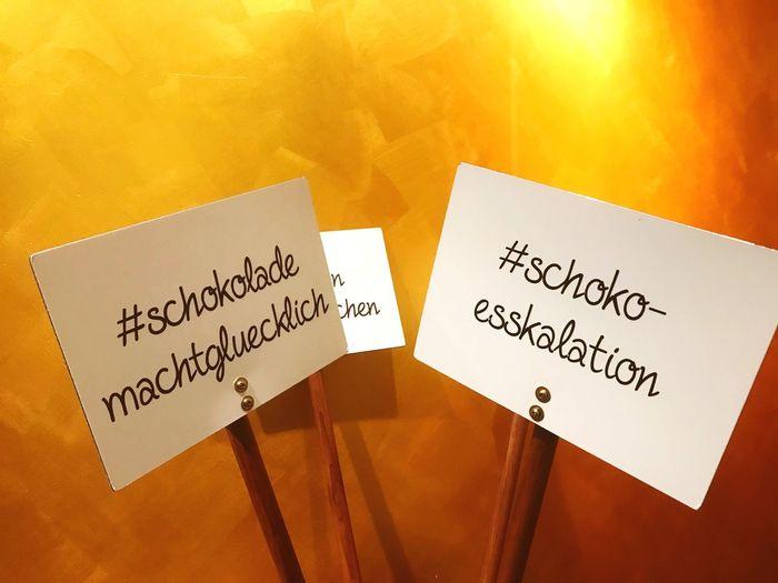 Schokolade Macht Glücklich Schokoladenmuseum Schilder Chocolate Signs HASHTAG Western Script Communication