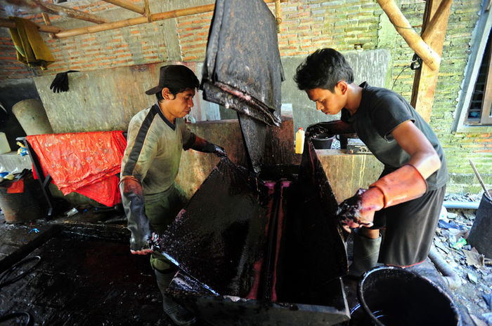 batik lasem Cooperation Teamwork Three Quarter Length Day Adult Working Casual Clothing Young Men Real People People Males  Holding Men Occupation Young Adult Indoors  Sitting Standing Two People