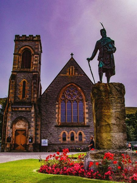 Statue Sculpture Building Exterior Built Structure Architecture Human Representation Flower Religion Church Low Angle View Sky Façade Travel Destinations Fortwilliam Scotland Fort William Escocia Travel EyeEm Gallery Check This Out