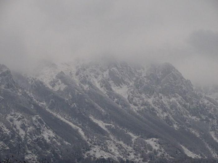 Montagna innevata 🏔 Sony Sony DSC HX350 Cielo Montagna Innevata Nebbia Passione_fotografica Scatti_italiani Montagne Mountain Snow Cold Temperature Winter Fog Sky Landscape