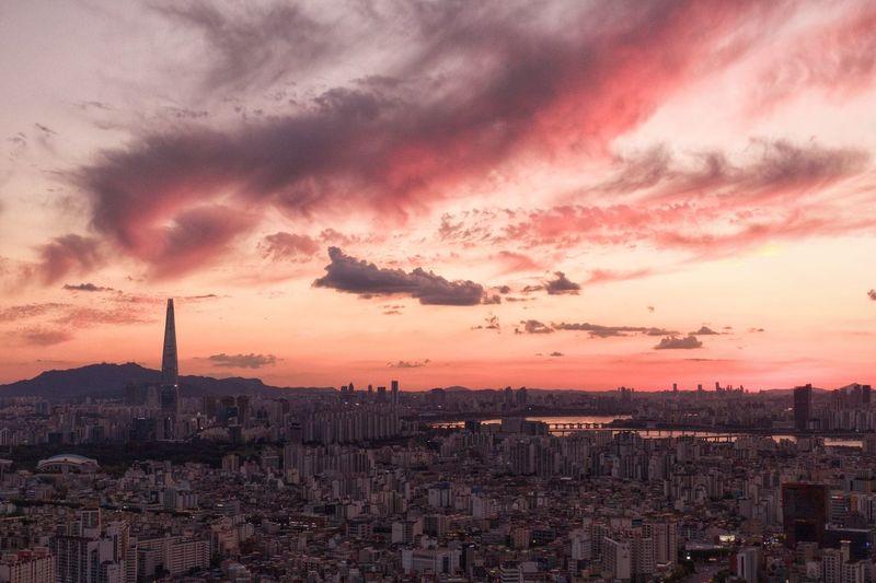 요즘 하늘 볼 맛 나는 하루하루 . . #서울 #노을 #가을하늘 #허브천문공원 #dji #매빅2줌 #mavic2zoom #drone City Cityscape Urban Skyline Skyscraper Sunset Storm Cloud Dramatic Sky Sky Architecture Cloud - Sky