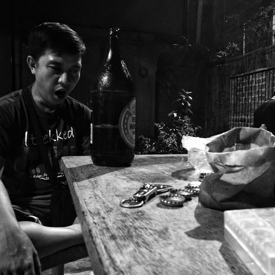 Iniwan sa inuman HuaweiP9 Snapseed Inuman Redhorse Beer Yawn Hikab Blackandwhite