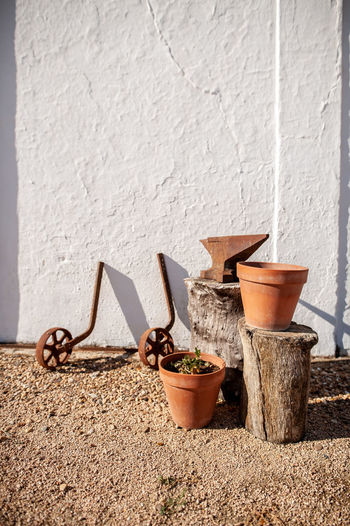 Sand Sunlight Potted Plant Close-up Architecture Mortar And Pestle Retaining Wall Things That Go Together Shadow Pesto Sauce Pine Nut Whitewashed Grinding Long Shadow - Shadow Wooden Nut - Fastener Pigeon Grinder Orthodox Church Shoelace Slipper  Focus On Shadow Wall - Building Feature Mounted Pot Cactus Pair