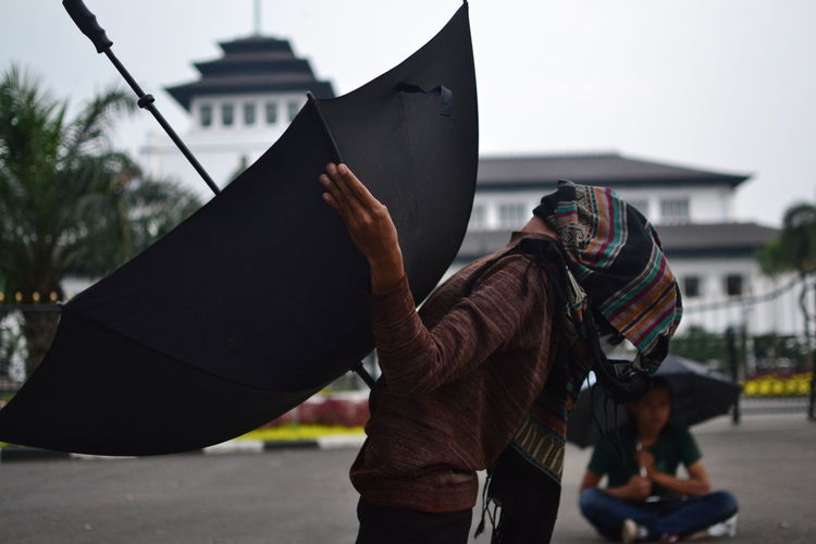 Theatrical action of pantomime in kamisan action as a form against impunity at gedung sate
