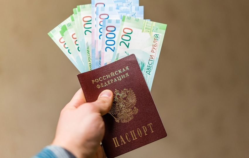 200 рублей 2000 рублей Passport Travel Bills Close-up Currency Day Fanned Out Holding Human Body Part Human Hand Indoors  One Person Paper Currency Passport People Rouble Rubles Russian Currency Russian Passport Travel Vacation Vacations Visa Wealth паспорт российский паспорт