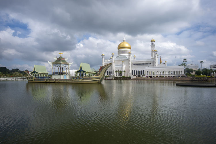 Sultan Omar Ali Saifuddin Mosque Cloud - Sky Sky Architecture Built Structure Water Building Exterior Dome Travel Destinations Religion Nature Travel Belief No People Spirituality Place Of Worship Building Waterfront Outdoors Day Government