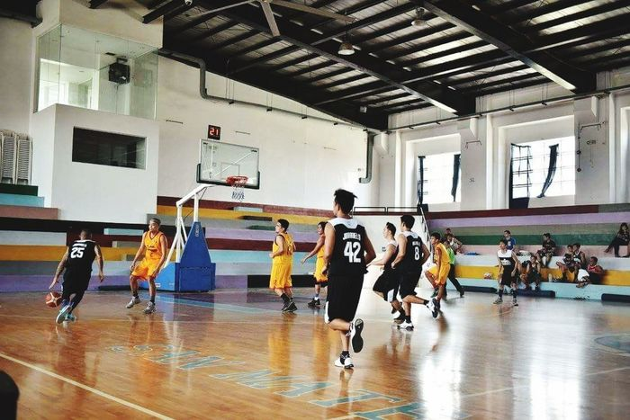 Sports Clothing Dedication Sport Indoors  Competition Practicing Basketball - Sport Competitive Sport Sports Team Medium Group Of People Sports Uniform School Gymnasium Athlete Basketball Player People Challenge Full Length Team Sport Gym Coach