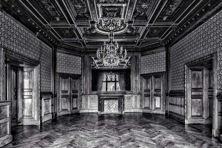 Spiegelsaal Indoors  Architecture History Château No People Built Structure EyeEm Best Shots Vergessene Orte Lost Place EyeEmNewHere Lostplace Lost And Found Beauty Of Decay Photography Urban Decay Urbex Urbexphotography Empty Room Leerer Raum Empty Mirror Spiegel Schloss Black And White Friday