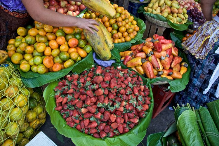 Puesto de frutas Antigua Guatemala Fresh On Eyeem  Fresh Produce Freshness Guatemala 🇬🇹 Abundance Business Food Food And Drink For Sale Freshness Fruit Healthy Eating High Angle View Large Group Of Objects Market Market Stall Organic Street Market Wellbeing Market Variation